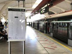 乗り換え駅でマリーナ方面へ行くため電車に乗り換えです。 この駅では電車の両方の扉が開くので行き先を間違えないよう注意です。