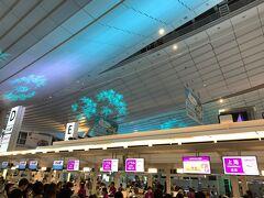 深夜0時前くらいに車で羽田国際線ターミナルに。この時間でも結構混雑してるんですね。ピーチのチェックインカウンターはソウル便と上海便が並んでオープン。皆さん荷物制限で苦慮されてます。