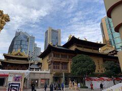 駅を出るといかにも中国らしいお寺がど~ん。境内への入場は有料のようです。まずはこのお寺のすぐ向かいにあるお店を目指します。