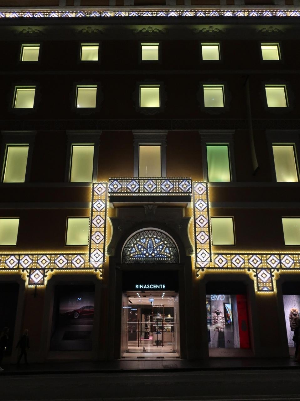 トレヴィの泉よりも僕の興味は リナシェンテ(Rinascente)です。 クリスマス用にライトアップされてます!