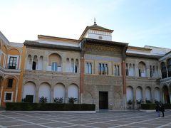 セビージャ2日目は和服でアルカサール観光。 スペインの現国王フェリペ5世の王宮でもあるリアル・アルカサール。 2階のCuarto Real Altoは入場制限もあるので事前にネットで午前10時の入場予約。 ちなみにCuarto Real Altoは撮影禁止。