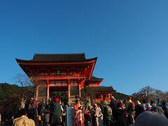 人混みでゆっくりしか進まないので、ようやく着いたー。ご存知、清水寺は、国宝とユネスコ世界遺産になっており、年間550万人以上の観光客が参拝するそう。  仁王門 鎌倉時代末期の金剛力士像を安置した、室町時代の朱塗りの門で、国の重要文化財。