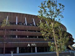 3.国立競技場 千駄ヶ谷門 11:13  国立競技場は建築家・隈研吾氏を含む大成建設・梓建設・隈研吾建築都市設計事務所JVの設計により2019年11月30日に完成。 メインスタジアムは約6万人の収容人数を誇る。