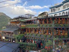 今回はラッキー(?)なのか、有名な阿妹茶楼が正面に見える 海悦楼茶坊に予約なしで入れました。  阿妹茶楼は大行列・・・。   台湾の旅行雑誌でよく見るこの景色は 海悦楼茶坊の2Fのベランダから撮ります。