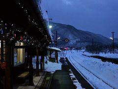 西若松駅から会津鉄道で、芦ノ牧温泉駅に到着です この駅には、かわいいネコ駅長がいるのですが、休憩中でした 残念ながら、撮影は禁止です  大内宿の雪まつり開催期間中は、電車と送迎バスのセットの割引きっぷがあります 西若松駅で買いたかったのですが、電車がすぐに出発してしまうので、車内で買うことに。 車掌さんから買えると書いてあったのですが、その車掌さんが乗っていません どうやらワンマン列車だったらしく、ちょっと迷惑そうでしたが、運転手さんが割引きっぷを販売してくれました