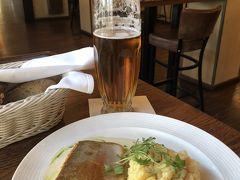カフカ博物館の横のレストランで遅い昼食。 ビールにワイン。2000円ぐらい。 「Hergetova Cihelna」お店は明るく、ウエイターも感じよかったのでチップも渡した。