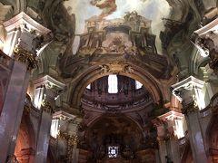 マラー・ストラナ広場の横の教会を覗いた。 ヨーロッパの他の都市にある教会と全く違う造り。