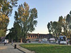 """12:40頃到着。  <アウシュヴィッツ博物館>  ナチス・ドイツが第二次世界大戦中に行ったホロコーストの象徴""""アウシュヴィッツ=ビルケナウ強制収容所""""跡に1947年に開設された。ナチスが造った最大の強制収容所で、アウシュヴィッツ第1収容所、第2ビルケナウ収容所、第3モノヴィツェ収容所(その後独立)の3つで構成され、ピーク時の1943年には全体で14万人もの収容者がいたという。当初はポーランド政治犯を収容する目的で、1940年5月元ポーランド軍兵営の宿舎を利用して第1収容所開所、1941年10月第2収容所建設、既に第1収容所にあったガス室以外に、第2収容所に1943年に4棟、その後さらに2棟のガス室が造られ1944年11月まで稼働。1945年1月27日、ソ連軍により解放。1940年から1945年の間に移送された人々の数は最低でも130万人と推定され、そのうち110万人が亡くなったと言われている。"""
