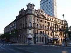 思い出の浦江飯店( ^-^)ノ∠※。.:*:・'°☆ 小生が初めて上海を訪ねたのは20年以上前の1997年2月の事。   当時はまだ外国人が泊まれる宿が限られていて、特に我々バックパッカーが泊まれる安宿は街に1~2ヵ所しかない有様。 上海ではここ浦江飯店にドミトリーがあり、バックパッカーは大挙して押し寄せたものです。 当時 1泊55元 (900円弱)でした。