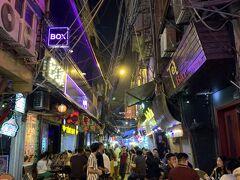 チェーで小腹を満たした後は、ハノイ旧市街にある繁華街、Ta Hien通りのビール小路へ。そこらじゅう、ビールを飲ませる店やバー、クラブっぽい感じで…