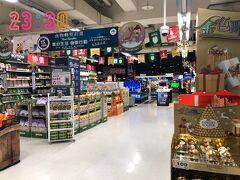 台北の夜はまだまだ終わりません。 23:30  夜市から歩いて5分スーパー「カルフール重慶店」へ。  このスーパーは、夜中の2時くらいまでやっていて、お土産も一通り揃ってます。