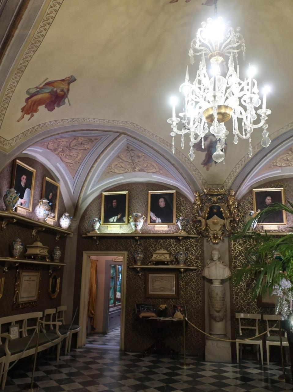 まずは駅から近いサンタマリアノヴェッラ薬局へ避難。  以前来たときは存在を知らなかった。 というより先週まで知りませんでした。  ちょうど銀座三越で ポップアップでサンタマリアノヴェッラの紹介をしていて それじゃ行ってみようかと来てみたわけです。  薬局とは思えない。まるで宮殿?博物館?