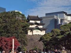 そして右手には富士見櫓が見えます。 天守が焼失した後に、天守の代りとして使用されたという三重櫓。
