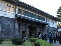 表から見た平川門 すでに閉門時間(3:30)が近づいています。
