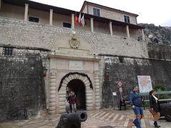 正門に到着。観光案内所で地図をもらって (よくわからん地図だったけど) 散策開始