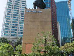 ウサギからサイゴン川沿いに出たところにチャン・フン・ダオの像がありました。  モンゴル軍の襲来を三度にわたり退けた英雄だそうです。 日本で言えば台風みたいなものでしょうか。(え)