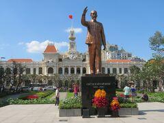 ベトナム建国の父であるホー・チ・ミンの像。