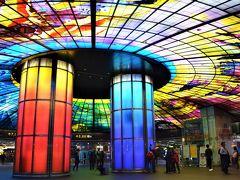 そんなMRTの駅の中でも有名なのは、 MRT美麗島駅の「光之穹頂」光のドーム☆ 2本の柱のまわりに4500枚もの ステンドグラスが輝いてます~.☆*