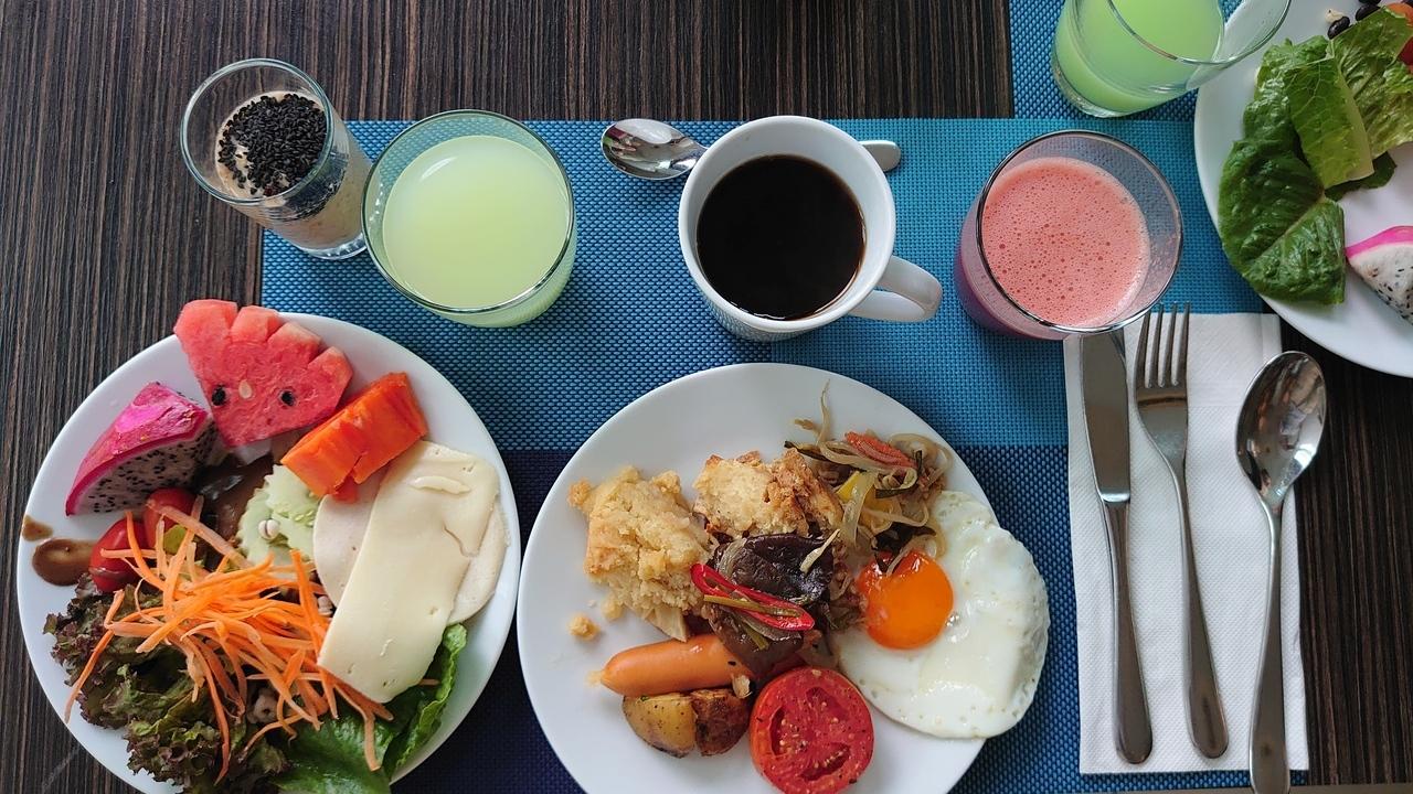 南部のリゾートエリアへ向かうための中継地として、初日はカマラビーチのノボテルに泊まりました。 朝食のスムージーやジュースがおいしい! リゾートにやってきたんだという実感が湧いてきます。 それにしてもロシア人が多いな。