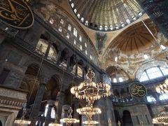 この日はアヤソフィアから   もともとキリストの教会だったものがモスクに作り替えられたもので、  剥がれた壁からイエスの肖像画などがみれる