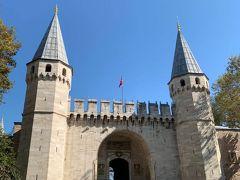 隣にあるトプカプ宮殿へ  左手には刑務所   門をくぐると宮殿が見えないほど広いお庭が広がる