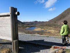 下に見える覚満淵を歩いて一周して、鳥居峠に来て、 覚満淵を見ています。 右手の山は赤城山の外輪山、駒ヶ岳です。