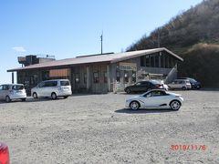 神戸駅に来る前に鳥居峠を越えて来た。 鳥居峠には以前ロープウェイがあり、 1957年7月27日開業で1998年廃止、 今は赤城山頂駅記念館サントリービア・バーベキューホールの小屋がありました。