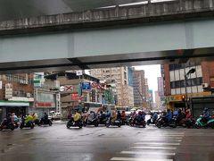 MRTで移動して大橋頭駅へ。 お茶屋とスーパーで買い物します。  バイクがすごい! 迪化街めぐりはまた次回。