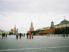 すでに夕方で時間があまりないので、赤の広場だけ見てホテルに向かうことに決め、2号線地下鉄のテアトラリナヤ駅で下車。   地上に出た瞬間、「ロシア!」という感じです。