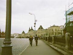 写真や映像で見慣れた赤の広場でした。グム百貨店、レーニン廟、聖ワシリー聖堂と歩いていきます。
