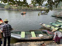 次はタムコックの川下り。こちらのボートに乗っていきます。