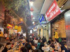 さてお腹も空いているので今夜は焼肉。 Ma Mai通りにある焼肉屋さん、Xuan Xuan。 ヤギのオッパイ肉がたべれます。  近隣に似たようなお店がたくさんあるのだけど、ここがオリジナル。 店員さんがお揃いのこの黄色いサッカーユニフォーム(ドルトムントっぽい)を着ているのが目印。キビキビしていて気持ちがいい接客です!
