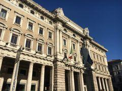 スペイン広場から徒歩10分、モンテチトーリオ宮殿。 17世紀にローマ教皇イノケンティウス10世が建築家ベルニーニに依頼し設計、80年以上を経て1694年にイノケンティウス12世の意向で、建築家カルロ・フォンターナが完成させたもの。