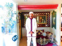 11月1日(金) 旅行4日目。  12:00 「ホテル・パラドール」(Hotel Parador)のドアマンに見送られ、シャウエの街からフェズに向かいます。