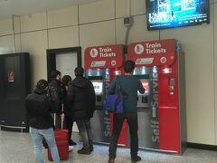 ローマ着。荷物が出てくるのを待っている間にレオナルドエクスプレスの切符購入。自動券売機で簡単に買えるので前もって買っておく必要はないかと思います。(14ユーロ)まだ制限エリア内なので自動券売機周辺に出没しがちな変な輩もいません。