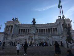 終点のPiazza Veneziaで降りて目の前のヴィットリオエマヌエーレ2世記念堂へ。