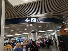 そして乗り継ぎ含めると成田出発から20時間。 現地時間で26日の14時、いよいよ念願のフィウミチーノ空港=イタリア・ローマに上陸です!!  本当は空港内部もゆっくり見てみたかったのですが、コロッセオ入場の予約時間が迫っているためすぐに移動します。