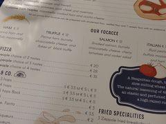 早めの夕飯は,ローマ1日目と同じお店でいただきました。 かわいいメニュー表。