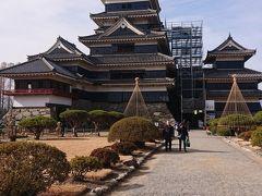 松本城の黒い天守閣の中へ入ってみようと思います。  ちなみに天守閣の内部は暗く急な階段となってます。 降りる際、天守閣の最上部からは一部一方通行のエリアもあり 少し待たなければならない場合もあります。