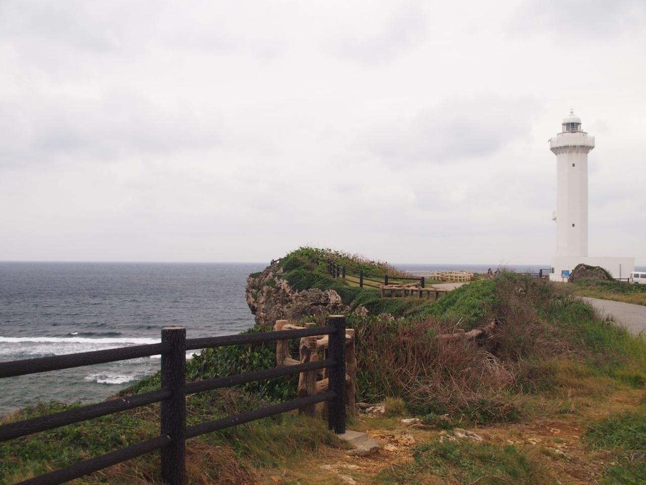再び車を走らせ、東平安名崎へ。 イムギャーマリンガーデンから15分ほどです。 海の写真を撮ろうと木の柵のところで構えていましたら、息をするのも苦しいほど風が強い! でも、灯台へ登ってみましょう。