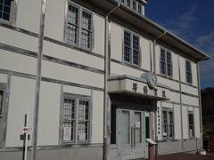 急に思い立って出かけた敦賀で唯一行ってみたいと思っていた「敦賀鉄道資料館」 建物はかつての敦賀港驛舎を再現し、中には欧亜国際連絡列車をはじめとする敦賀の鉄道の歴史を紹介する史料等が展示されているようなのですが、残念ながらこの日は月曜日で休館でした。
