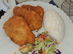 「YOKOHAMA」には滞在中に1度はお昼ご飯に出掛けます。フライセットで$8と少々寝上がってました。でもこんなんですけど量が多いのでシェアして食べてちょうど良い感じです。