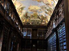 修道院内の図書館「哲学の間」に入る。カメラ撮影追加料金、中に入れない。