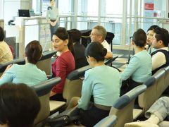 シルクエアーの乗務員さん達、飛行機が到着するのを待っています。私たちも待っています、かなり遅れています。