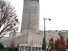 お昼を食べ終えたので、来た道を少し戻って霞城セントラルへ。 周りに高い建物がないなか、24階建の高層ビルはなかなかの存在感。