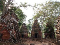 ヒンドゥ寺院が集まるコーケー遺跡群にやって来ました。まずは、プラサットプラム(五つの寺院)。