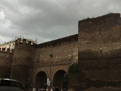ボルゲーゼ公園のピンチアーナ門。アウレリアヌス城壁が残っています。門をくぐってお買い物のためスペイン広場方面に向かいます。