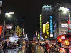 六合観光夜市にやってきました。  雨は止んだものの、夜11時近いこともあり 人通りがなく閑散としています。  歩きやすいですが、お店も疎らです。 金曜の夜なのに寂しい・・・