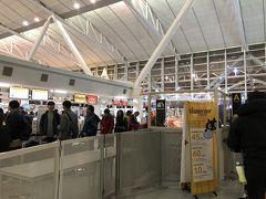 福岡空港に到着です。  博多駅から国内線ターミナル駅へは 地下鉄で5分。無料シャトルバスに乗り 約10分で国際線ターミナルへ。  駅から近くていいですねぇ~ 博多の人がうらやましい。 そういえば「博多の人」っていうお菓子 ありましたねぇ。ちっさいバームクーヘン みたいな。  それにしても、驚くほど閑散としています。 日韓関係悪化が影響している?  荷物はリュック一つで2kg少々。 タイガーエアは手荷物制限10Kg。 余裕じゃんねー!