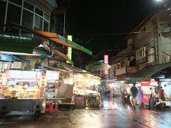 雨が強くなってきた北投夜市。 多くの店は開いていて明るいのに、やっぱり客は少ない。 それに、暖かいと思っていたら寒さが日本と変わらない!